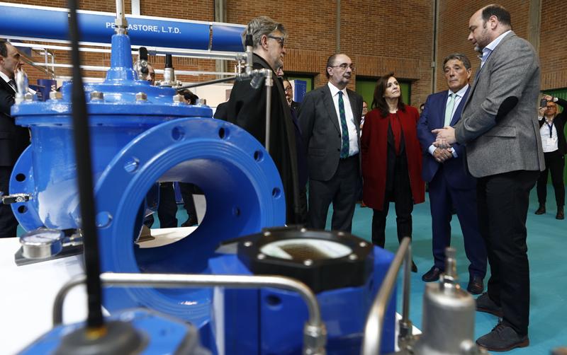 """Inauguración del salón Smagua y Spaper en la que el presidente del Gobierno de Aragón anunció que la comunidad liderará la """"Regiones Inteligentes de Agua""""."""