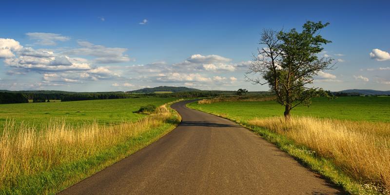 Las carreteras de energía positiva son aquellas que generan más energía a través de fuente renovables o de la energía que se puede obtener del tráfico, de la que consume para sus operaciones.