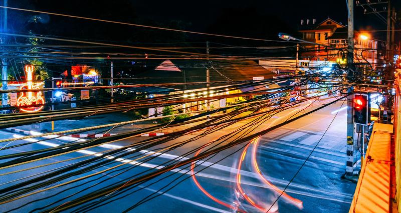 Avenida de una ciudad atravesada por redes eléctricas. El objetivo del proyecto de General Electric es convertir las redes de distribución existentes en modernas redes MVDC, una red mucho más amplia para dar respuesta a la demanda de electricidad con fuentes de energía limpia y renovable.
