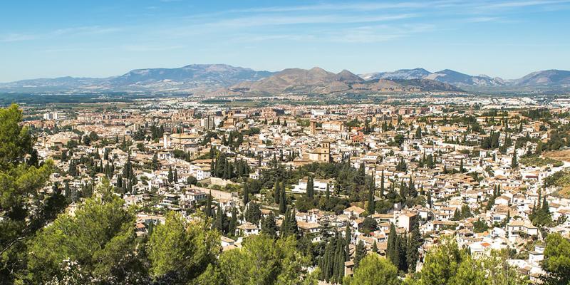 Vista de la ciudad de Granada, que instalará sensores móviles para medir la calidad del aire.