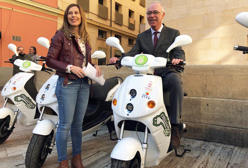 Presentación del sistema de moto eléctrica de alquiler que comenzará a funcionar en Murcia y ha sido desarrollado por una empresa local.