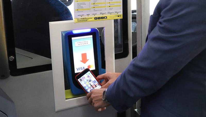 Un usuario paga su billete sencillo de autobús mediante el nuevo sistema contactless con su teléfono móvil.