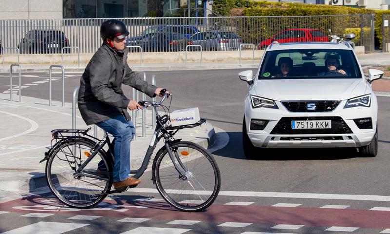 """Una de las pruebas con coche conectado con 5G que se desarrollarán en L'Hospitalet de Llobregat implica la detección de un ciclista en un giro a la derecha del vehículo. Será clave la tecnología """"edge computing""""."""