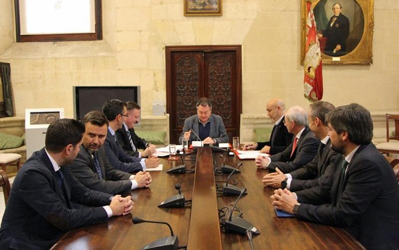 El alcalde de Sevilla, Juan Espadas, firmó el acuerdo para desarrollar un piloto por el que se implantará un parking inteligente en el Parque Científico y Tecnológico Cartuja, en colaboración con Telefónica y la sociedad gestora del parque.