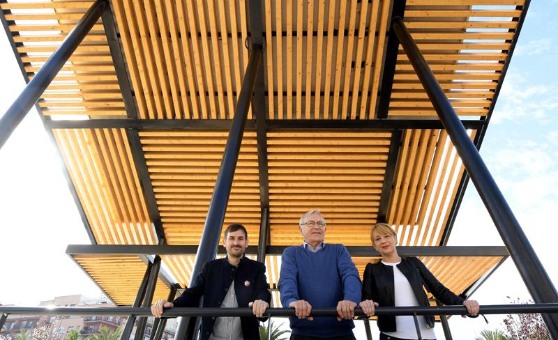 El alcalde de Valencia, Joan Ribó, ha visitado las pérgolas solares de autoconsumo del parque Morvedre junto a al concejal de Gobierno Interior, Sergi Campillo, y a la concejala de Medio Ambiente, Pilar Soriano.