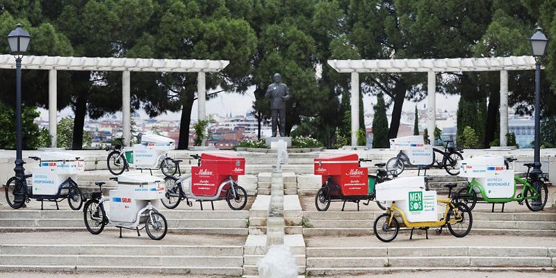 Bicicletas eléctricas que pueden transportar hasta 100 kilos de carga de la startup Mensos, que ha desarrollado un centro de distribución sostenible en Madrid.