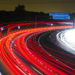La Comisión Europea adopta las reglas que regulan la conectividad entre coches y carreteras inteligentes