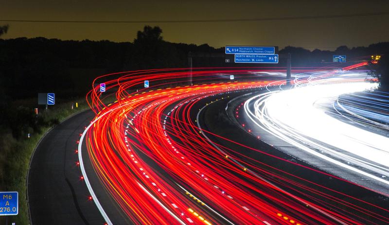 Los Sistemas de Transporte Inteligentes Cooperativos (C-ITS) permitirán poner en comunicación a los vehículos entre sí y con el resto de infraestructuras de tráfico, con el fin de garantizar una movilidad más segura e inteligente.