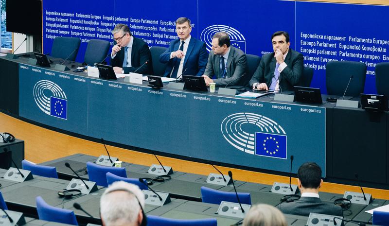 El vicepresidente de la Comisión Europea a cargo del Mercado Único Digital, Andurs Ansip, y Julian King, miembro de la CE a cargo de la Unión de Seguridad, explican las recomendaciones sobre ciberseguridad de las redes 5G.