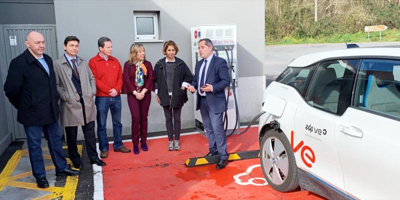 Diferentes autoridades del sector energético en Asturias acudieron a la inauguración de las estaciones de carga para vehículos eléctricos.