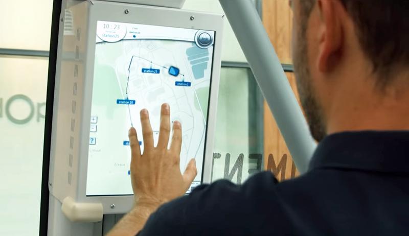 En la pantalla con la que cuenta el minibús autónomo en su interior, puede verse el itinerario del trayecto que hace, entre otra funcionalidades.