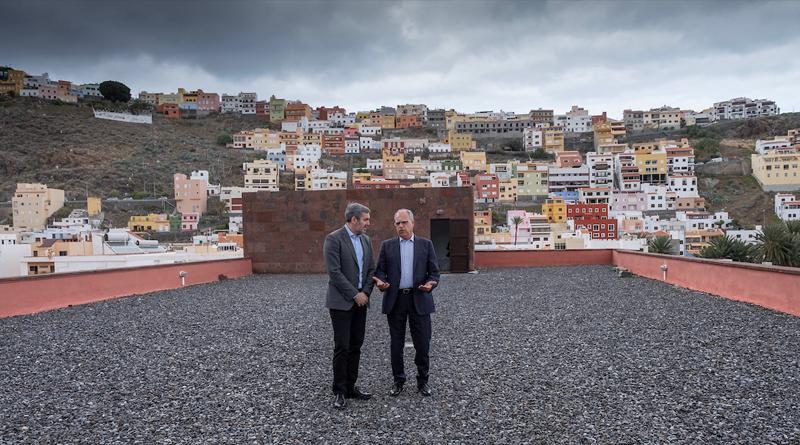 Fernando Clavijo, presidente de Canarias, junto a Casimiro Curbelo, presidente del Cabildo de La Gomera, durante su visita a la isla.