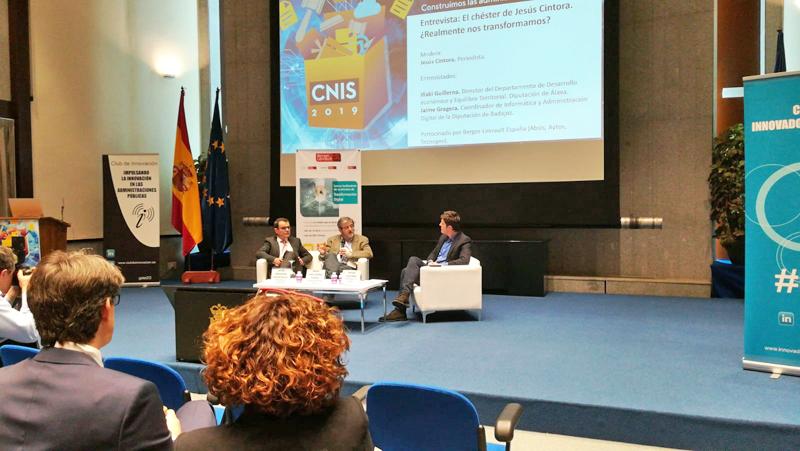 Representantes de las diputaciones de Álava y Badajoz, entrevistados por el periodista Jesús Cintora durante el IX Congreso Nacional de Innovación y Servicios Públicos.