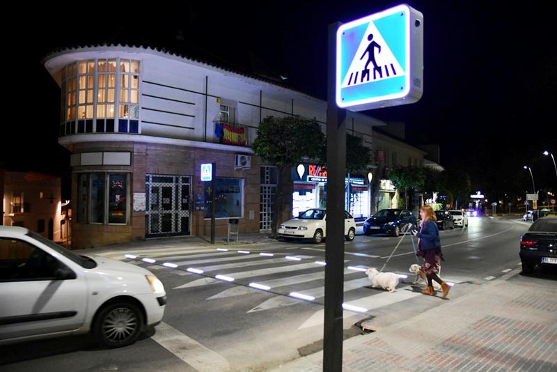 Las luces LED se han instalado en el suelo, sobre el paso de cebra, y en las señales verticales, de tal forma que se encienden cuando detectan la presencia de personas.