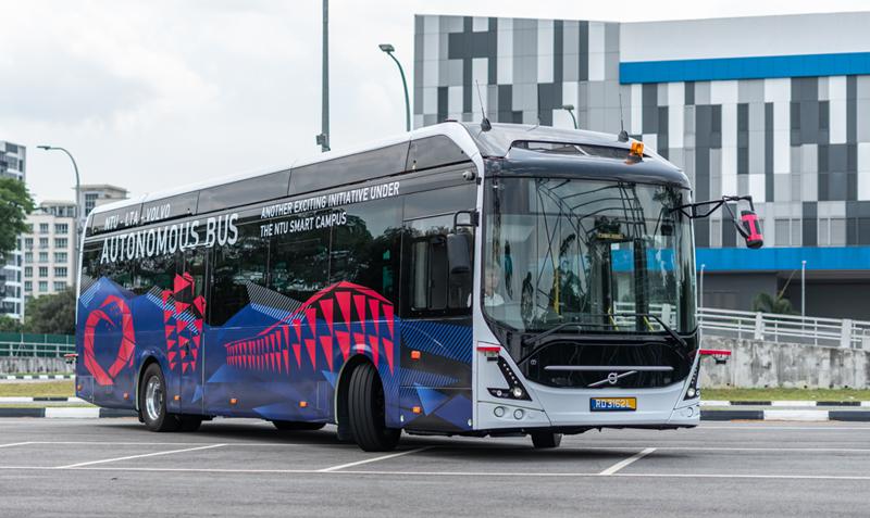 El autobús eléctrico y autónomo se ha presentado este martes y circulará en pruebas en el Smart Campus de la Universidad Tecnológica de Nanyang (NTU), institución desarrolladora del vehículo junto con Volvo.