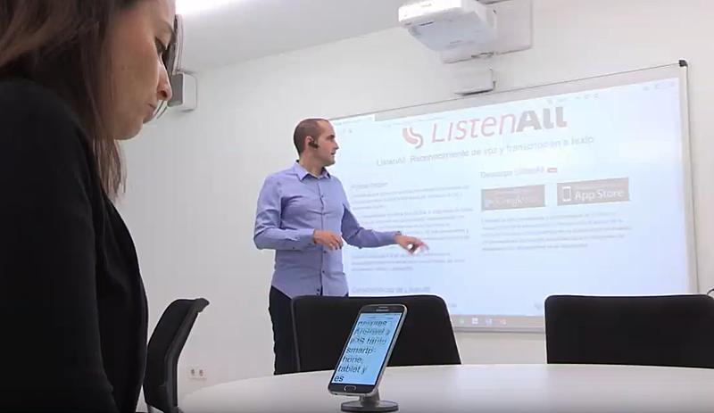 Una alumna puede seguir la clase, en tiempo real, ya que la App ListenAll transcribe la voz a texto que aparece en la pantalla del móvil o de la tableta.