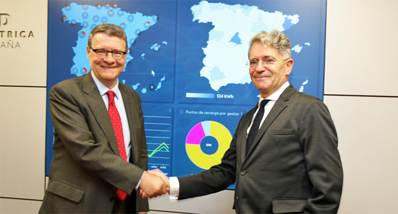 El presidente de Red Eléctrica, Jordi Sevilla, y el presidente de Ibil, Emiliano López Atxurra, en la firma del acuerdo entre ambas compañías