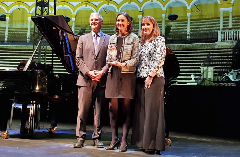 La ministra de Turismo, Reyes Maroto, recogió en Sevilla el premio de Innovación y Tecnología que la Cumbre Mundial del Turismo ha concedido al Gobierno de España.