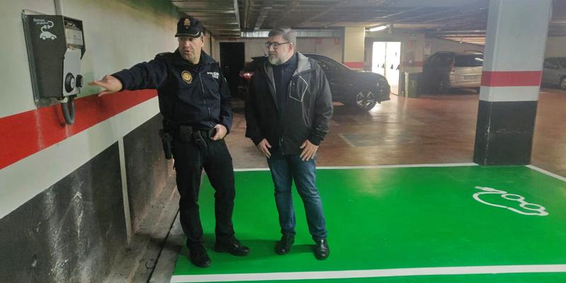 El alcalde de Vinaroz, Enric Pla, y un agente de la policía local junto a uno de los postes de recarga instalados en parkings públicos de la ciudad.