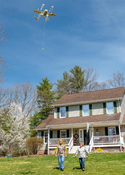 Prueba de entrega aérea de paquetería con drones en una vivienda de Virginia, Estados Unidos.