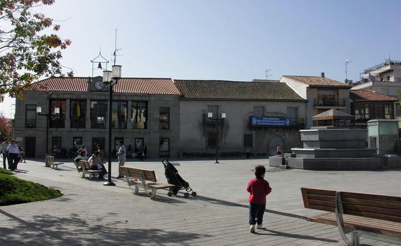 Plaza de Robledo de Chavela, municipio madrileño en el que Iberdrola ha instalado dos puntos de carga semirrápida gratuita, ya que el ayuntamiento asumirá el coste del suministro eléctrico.