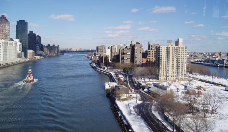 """Imagen de Roosevelt Island, en mitad del """"East River"""", donde Envac Iberia ha sido la empresa adjudicataria de la renovación del sistema neumático de recogida de residuos instalado en 1975."""