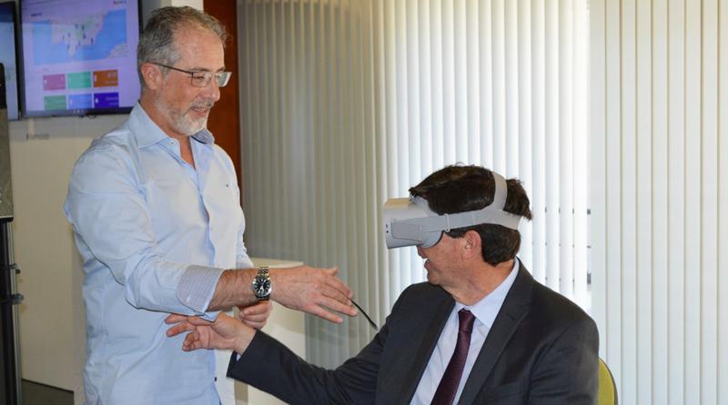 El vicepresidente de la Junta de Andalucía, Juan Marín, prueba unas gafas de realidad virtual durante su visita al centro de innovación turística Andalucía Lab.