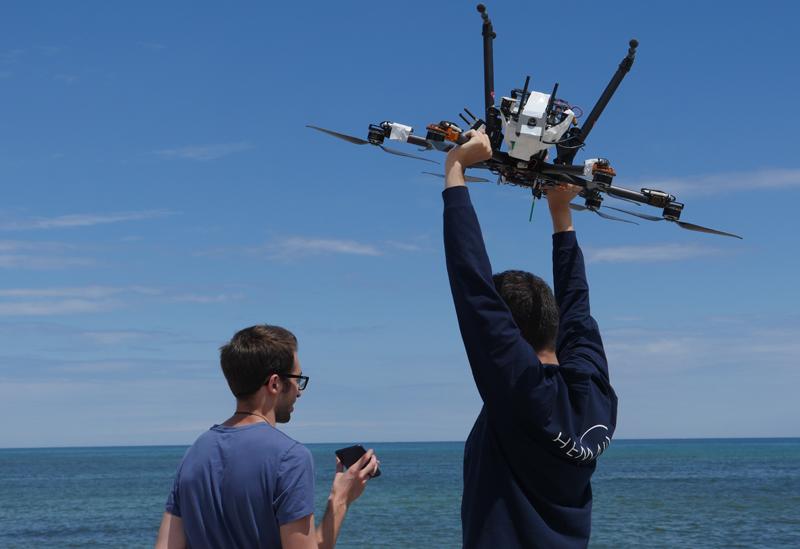 El estudiante de la UPC Francesc Viaplana y otro miembro de la Fundación Hemav durante las pruebas del dron Freeda en el Open Arms.