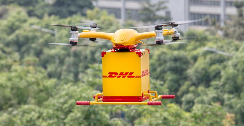 El dron inteligente de DHL Express y EHang en pleno vuelo llevando un paquete en el primer vuelo realizado en China.