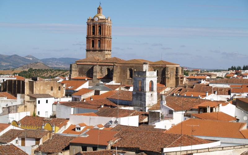 Imagen general de Zafra con en la que se ve las casas y al fondo la iglesia.