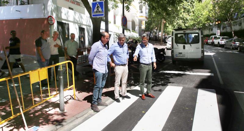 Obras de uno de los uno de los pasos de peatones inteligentes de Marbella.