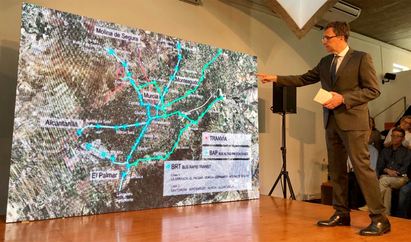 El alcalde de Murcia, José Ballesta, presenta las iniciativas aprobadas en materia de movilidad sostenible, entre ellas el proyecto Tranvibús, uno de los que presentará a la convocatoria de Fondos Feder.