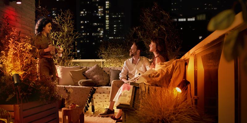 La iluminación inteligente también se aplica a espacios de exterior de viviendas y establecimientos hosteleros, que pueden controlarse a través de aplicaciones o dispositivos de voz.