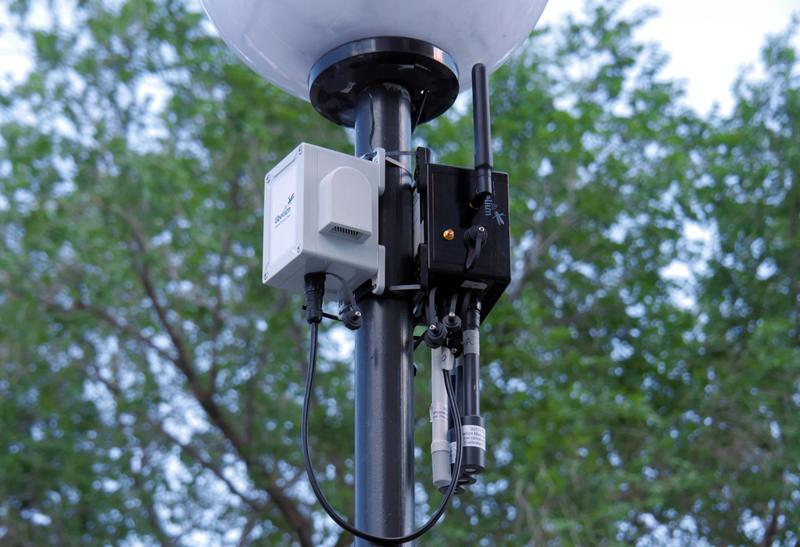 El objetivo del proyecto piloto por el que se instalaron 10 puntos de medición de calidad del aire es desplegar toda una red de monitorización en parques, colegios, residencias de ancianos y hospitales. En la imagen, uno de los equipos instalados. Foto: Libelium
