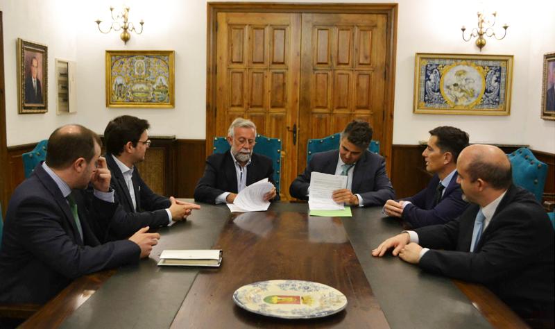 Firma del acuerdo entre las autoridades de Talavera de la Reina y representantes de Iberdrola.