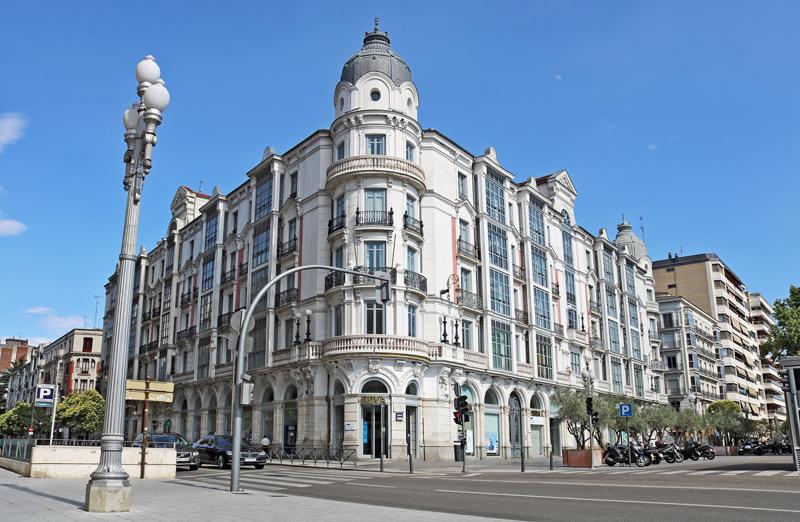 Cruce entre dos avenidas de la ciudad de Valladolid con un edificio emblemático que ocupa toda una manzana.
