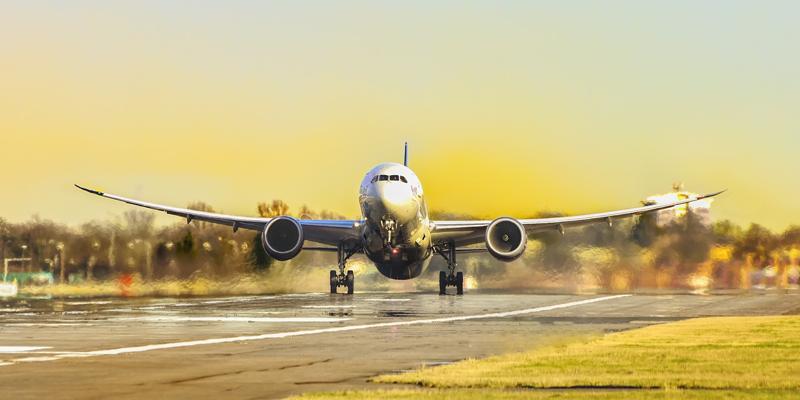 Avión despegando en la pista de un aeropuerto.