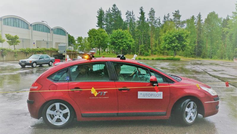 Coche autónomo circulando en Tampere con el suelo mojado por la lluvia.
