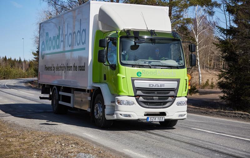 """Carretera eléctrica del proyecto """"eRoadArlanda"""", donde se aprecie el riel que facilita la energía al camión. Foto: Proyecto """"eRoadArlanda"""""""
