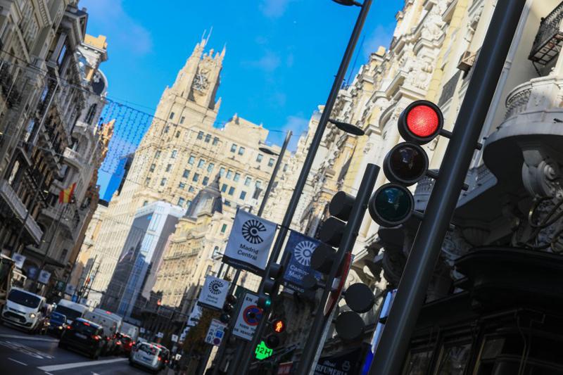 La Gran Vía madrileña con los nuevos semáforos de diseño retro y con múltiples configuraciones personalizadas para cada cruce y paso de peatones, creados por Setga.