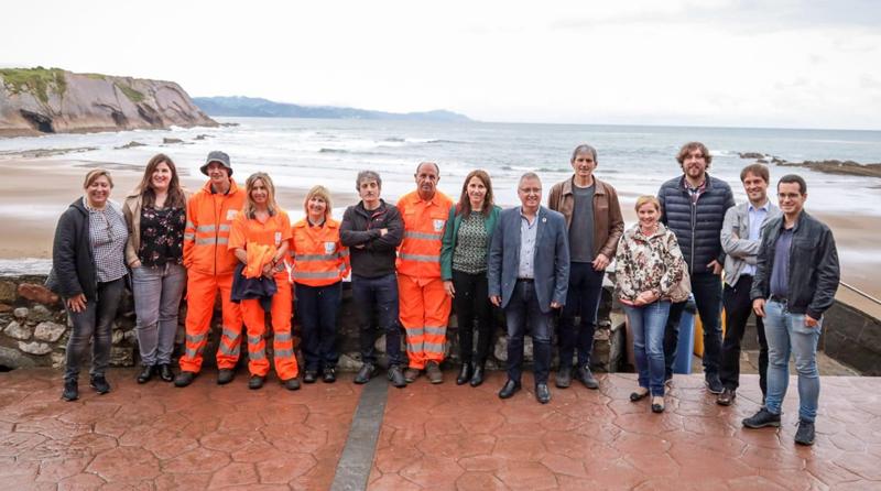 Participantes en el acto de apertura de la temporada de playas en el litoral de Gipuzkoa donde, desde este año, una red de videometría monitoriza todas las playas de la provincia.