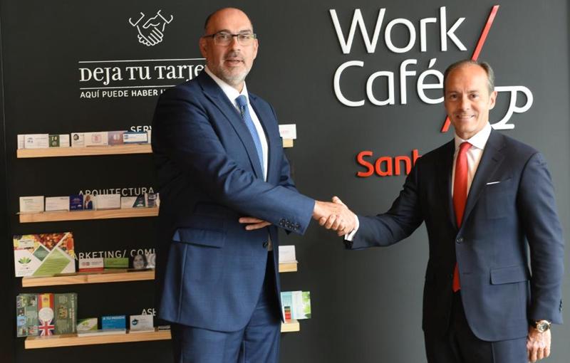 Emilio Gayo, presidente de Telefónica España, y Rami Aboukhair, consejero delegado de Santander España, durante el lanzamiento de las oficinas bancarias conectadas mediante 5G.