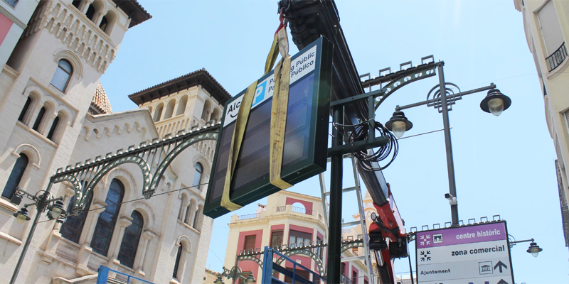 Instalación de una de las pantallas con información sobre los aparcamientos inteligentes en el centro de Alcoy.