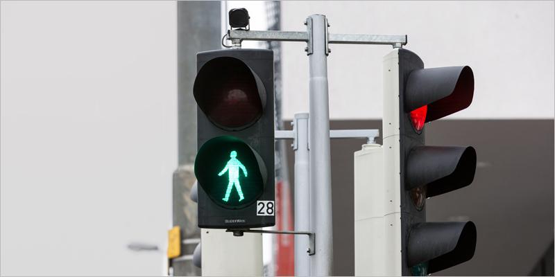 En 2020 se instalarán algunos de estos semáforos con una cámara integrada que analiza las imágenes de los peatones para detectar si tienen intención de cruzar a partir de algoritmos de aprendizaje.