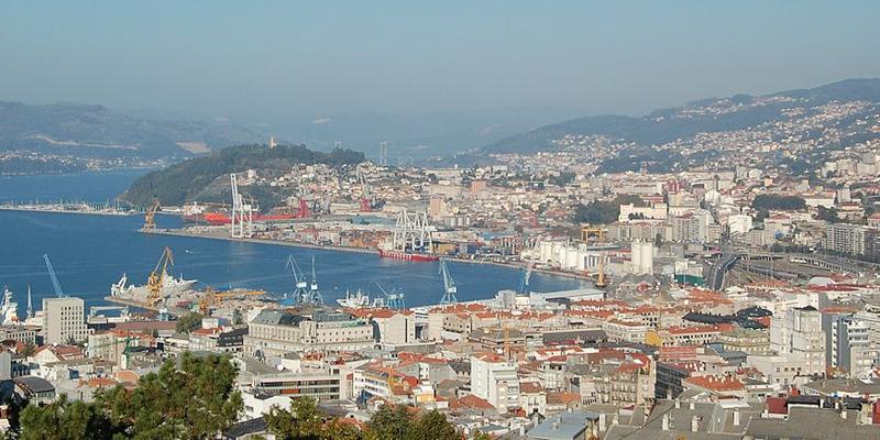 """Imagen general del puerto de Vigo y parte de la ciudad. Foto: <a href=""""https://commons.wikimedia.org/wiki/Commons:Reusing_content_outside_Wikimedia"""" target=""""_blank"""" rel=""""noopener"""">Dantadd Wikimedia Commons</a>."""