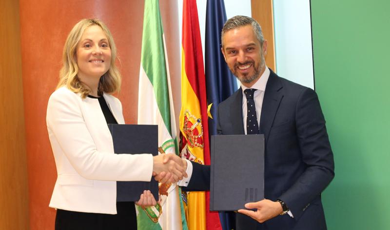 La vicepresidenta del BEI, Emma Navarro, y el consejero de Hacienda, Industria y Energía de la Junta de Andalucía, Juan Bravo han suscrito el acuerdo para el préstamo.