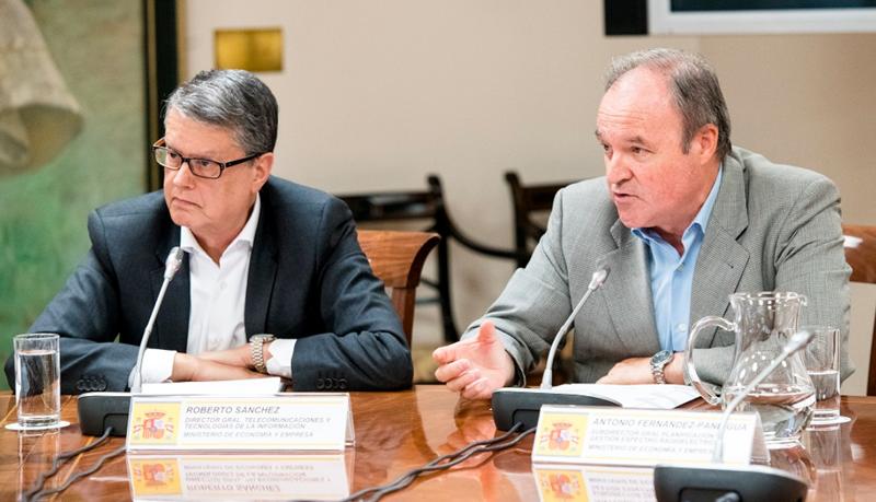 Roberto Sánchez, director general de Telecomunicaciones y Tecnologías de la Información (izquierda), y Antonio Fernández-Paniagua, secretario general de Planificación y Gestión del Espectro Radioeléctrico, anunciaron las zonas donde se inicia el cambio de frecuencia de la TDT.