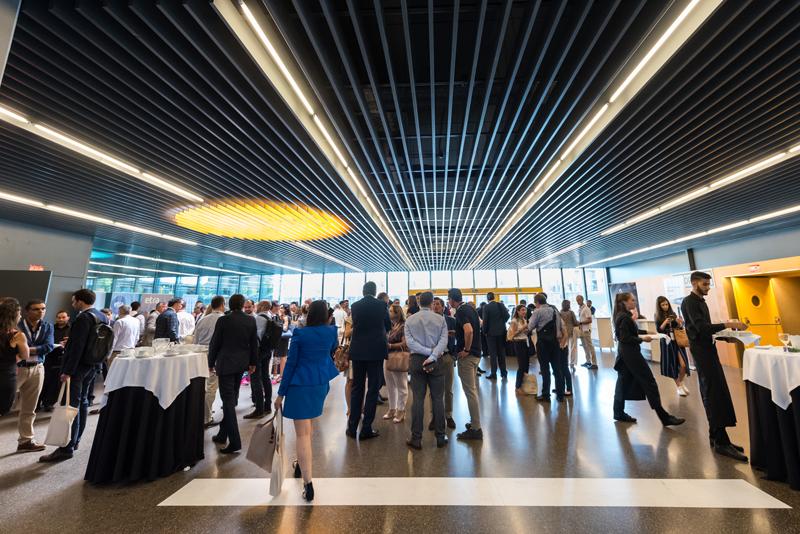 El hall de La Nave se convirtió en zona de charla distendida y de intercambio de nuevos contactos entre los profesionales que acudieron al Congreso.