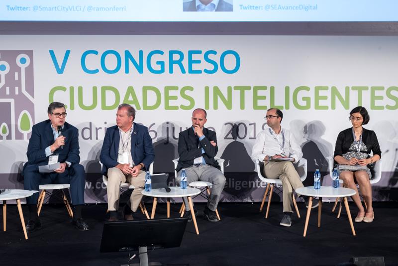 Juan Marín, director del área de Ciudades en España y Portugal de Kapsch TrafficCom Transportation, con el micrófono en la mano, durante el coloquio.