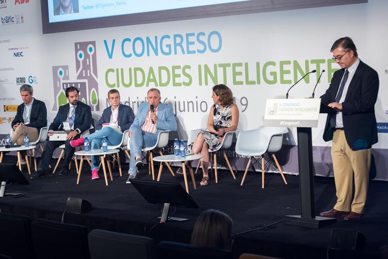 El jefe del Área de Movilidad y Seguridad del Ayuntamiento de Vigo, Antonio Vivero, durante una de sus intervenciones en la mesa redonda.